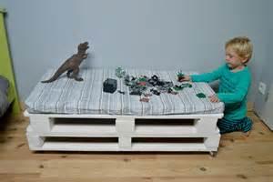 banc pour chambre chambre enfant banc en palettes récup 39 maman à tout faire