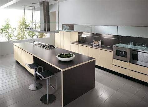 cuisine beige et gris cuisine semi ouverte ilot central en beige et marron mur