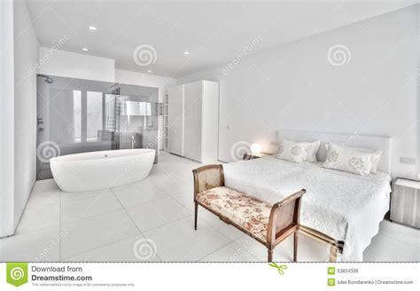 la chambre blanche chambre à coucher blanche dans la villa moderne photo