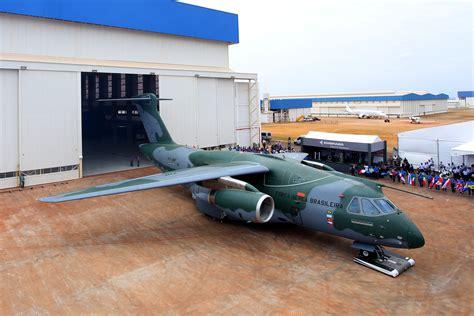 embraer apresenta o avi 227 o de transporte militar kc 390