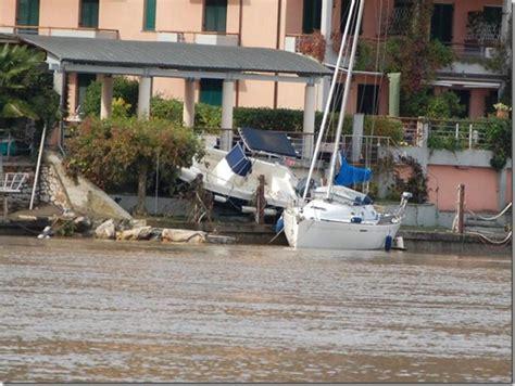 Lade Con Pannello Solare by Alluvione Liguria Bocca Di Magra Barche Alla Deriva