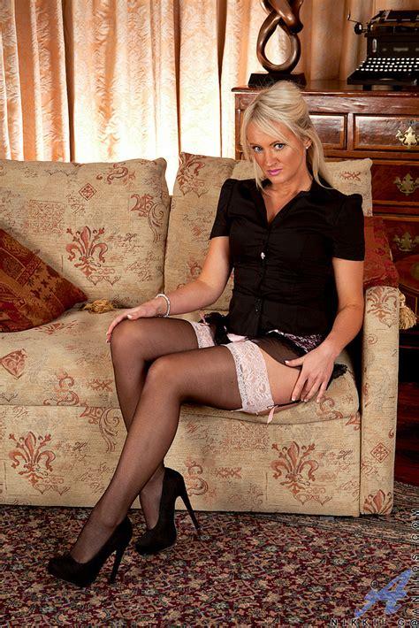 Stunning Blonde MILF Nikkii G Spread Her Legs MILF Fox