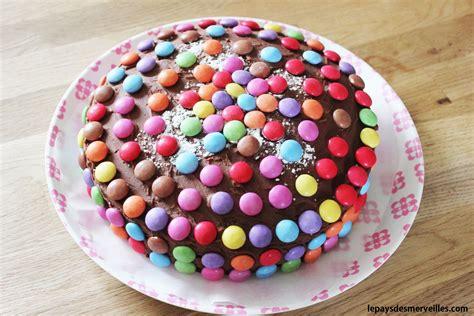 livre recette de cuisine gateau au chocolat décoré de smarties présentation du