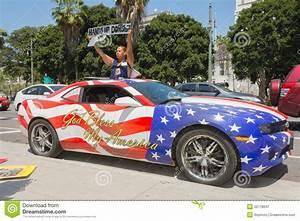 femme tenant le signe a cote d39une voiture peinte dans des With decote d une voiture