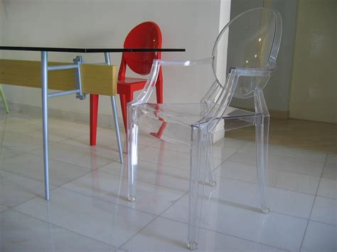 table et chaise transparente file table chairs by philippe starck jpg wikimedia commons