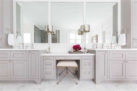foto de Benjamin Moore Willow Creek Built in vanity Bathroom