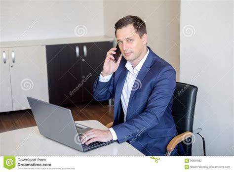 bureau homme d affaire homme d 39 affaires de sourire s 39 asseyant derrière