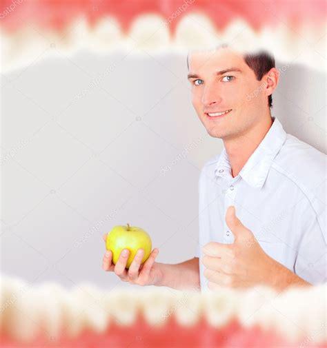 interno bocca bocca con denti dallinterno e dentista alzando mela verde