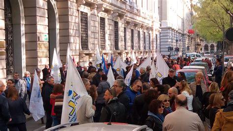 uffici agenzia entrate torino protesta di 300 dipendenti dell agenzia delle entrate a