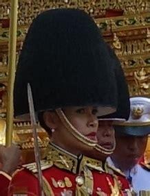 Kral maha vajiralongkorn'un, sevgilisi tümgeneral sineenat wongvajirapakdi'yi 'resmi metres' ilan ettiği törende, eşi general suthida vajiralongkorn da yanında oturuyordu (üstte). Sineenat Wongvajirapakdi - Wikipedia