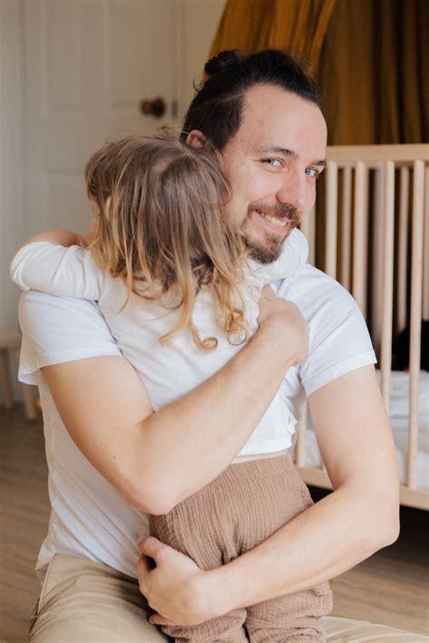 Pētījums: būt par tēti ir tikpat bioloģiska parādība kā ...