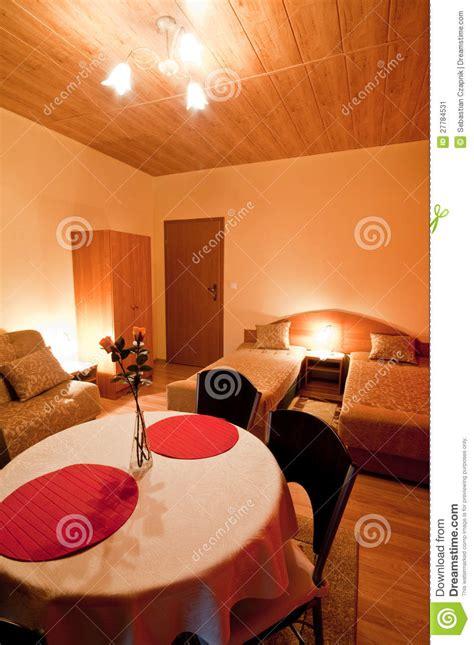 dans la chambre tabe dans la chambre à coucher romantique image stock