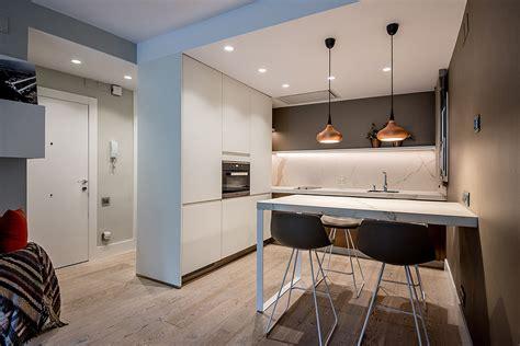 cocina integrada en el salon comedor  toques en bronce