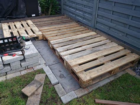 mit paletten bauen kleine terrasse mit paletten erstellen skala4u