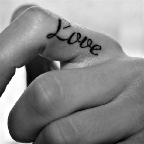 tatouage love doigt les tatouages