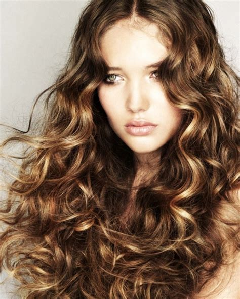 7 super cute curly hairstyles for fall that you ve got to