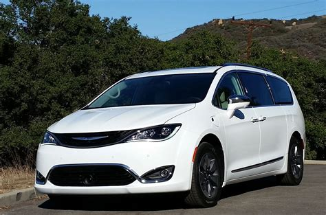 Chrysler's 2017 Pacifica Hybrid Minivan Tests At 84 Mpg