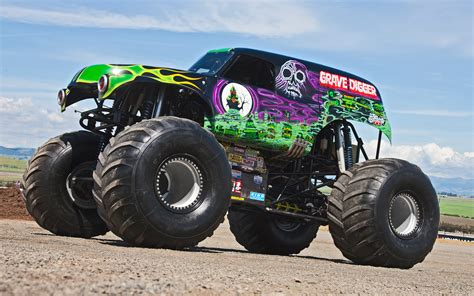monster truck videos grave digger front three quarters view