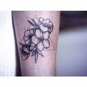 Fleur De Cerisier Tatouage : top 20 des tatouages fleur de cerisier allotattoo ~ Dode.kayakingforconservation.com Idées de Décoration
