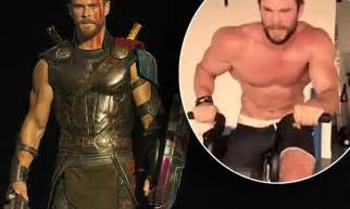 Chris Hemsworth's biceps twitch throughout Thor interview ...