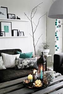 Weie Regale Ber Dem Sofa Im Kleinen Wohnzimmer