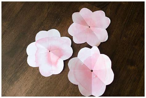 fare fiori con la carta come fare un fiore di carta tutorial fiori di carta
