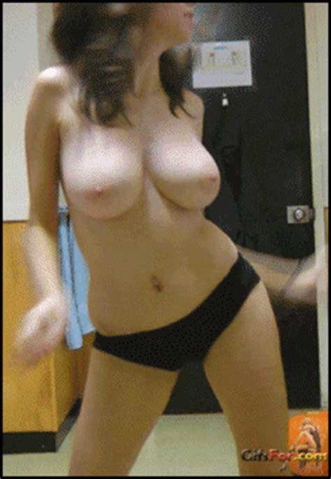 девушка с огромными сиськами танцует наряд пришёлся