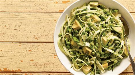 comment cuisiner une courgette spaghetti salade de courgettes recette iga edamame avocat