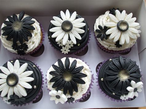 Pre Wedding Black & White Cupcakes