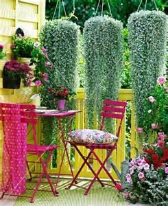 gemã se auf balkon violette sitzgruppe auf sommerlichem balkon darüber kaskadenartig hängende pflanzen bild