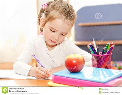 bureau maternelle fille la fille écrit au bureau dans l 39 école maternelle