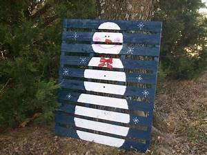 Snowman Painted on a Wooden Pallet I so could do this