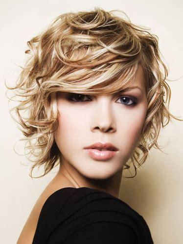 Peinados para cabello rizado, disfruta el poder de tus rizos