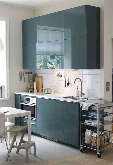 cozinha planejada pequena azul brilhante em