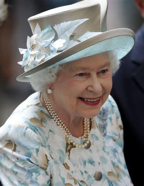 News Queen Elizabeth Queen Elizabeth Ii Visits The World Trade Center Zimbio