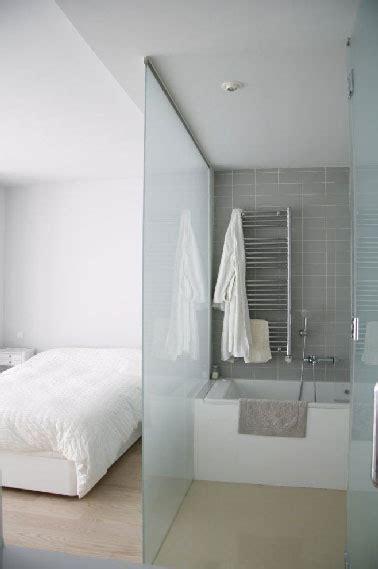separation chambre séparation en verre dans chambre avec salle de bain