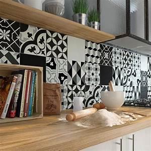Une credence aux carreaux de ciment noirs et blancs for Tapis couloir avec canapé au sol modulable