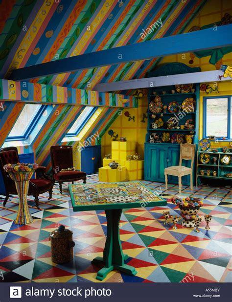 pavimento colorato colorato soggiorno con soffitto a strisce e multicolori