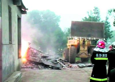 30吨镁铝爆炸放强光用了15车土才灭掉火_新闻中心_新浪网