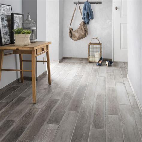 peinture cuisine gris clair carrelage sol et mur gris clair effet bois lousiane l 10 x