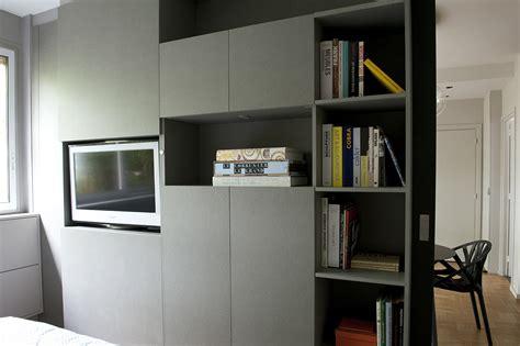 petit espace cuisine séparation chambre salon avec télévision pivotante arlinea architecture