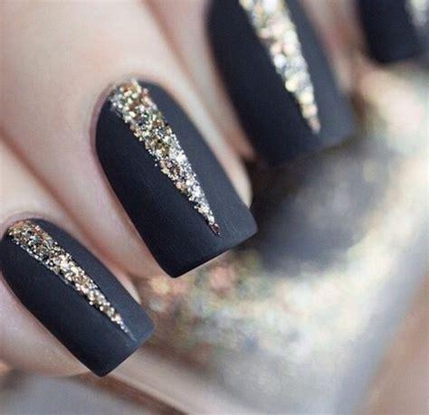 deco ongle noir et or les tendances chez la d 233 co ongles 62 variantes en photos