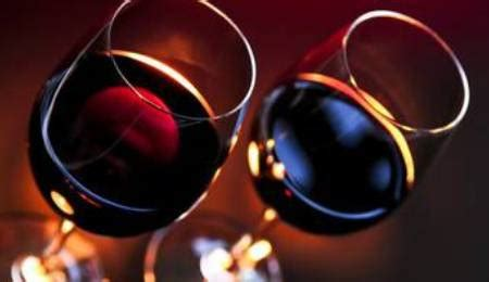 bicchieri di rosso barbera rosso le botti di bacco