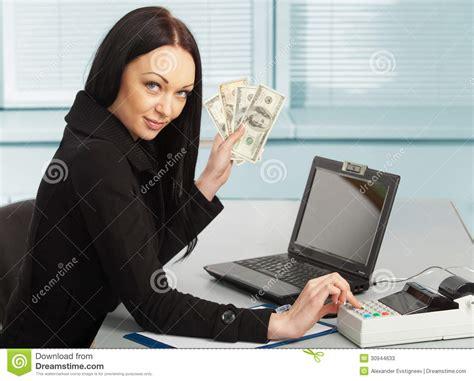 bureau femme femme d 39 affaires avec le carnet dans le bureau