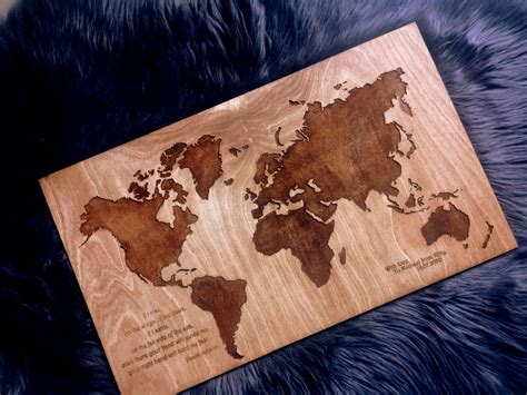 Uz koka gravēta pasaules karte ar novēlējumu - Dekornīca