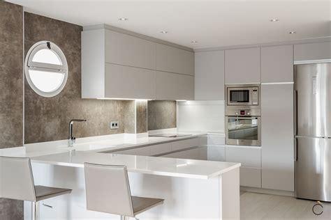 cocina de aire moderno  ventana redonda  encimera en