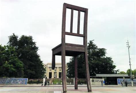 chaise cassée agen zoom sur l 39 énigmatique chaise cassée de l 39 onu 25