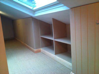 chambre avec lambris placard sous pente chambre mansardé rangement sous pente