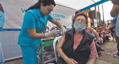 Una mujer de 90 años, la primera en recibir la vacuna de pfizer. COVID-19: Las vacunas de tres laboratorios se probarán en Perú en setiembre   voluntario vacuna ...