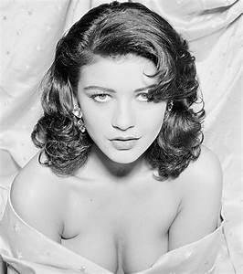 Catherine Zeta-Jones flaunts serious cleavage as she ...